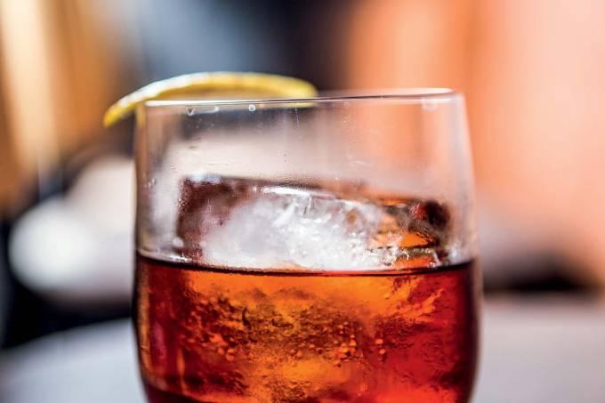 Drinque Negroni di casa do bar Negroni.