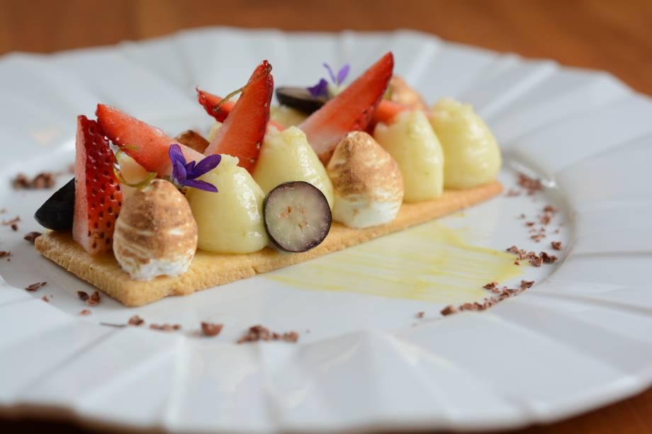 Releitura de torta de limão: o creme da fruta acompanha merengues, ligeiramente tostados e frutas vermelhas, como morango