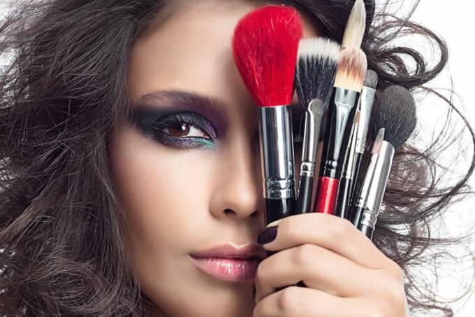 mulher-pincel-maquiagem