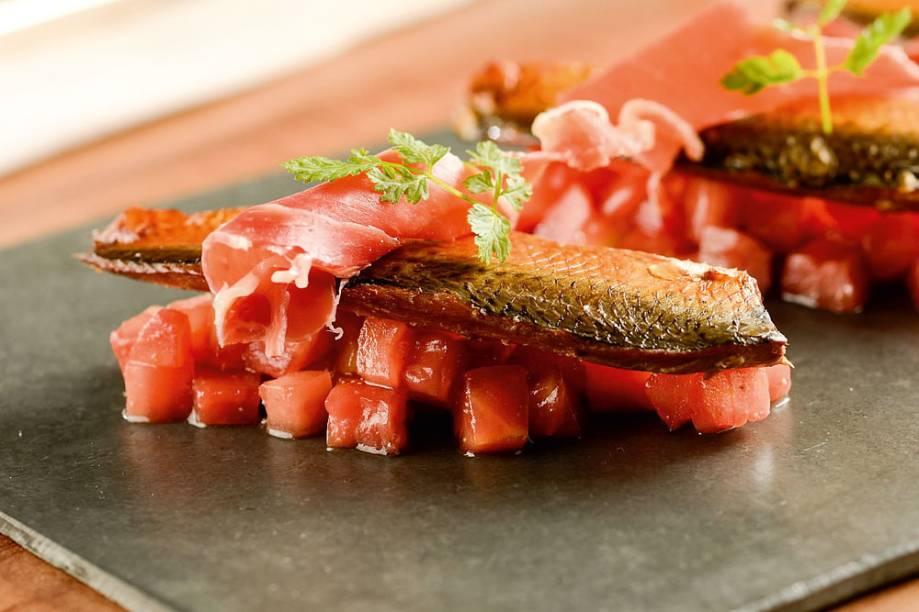 Sardinha defumada com tomate picado e presunto cru