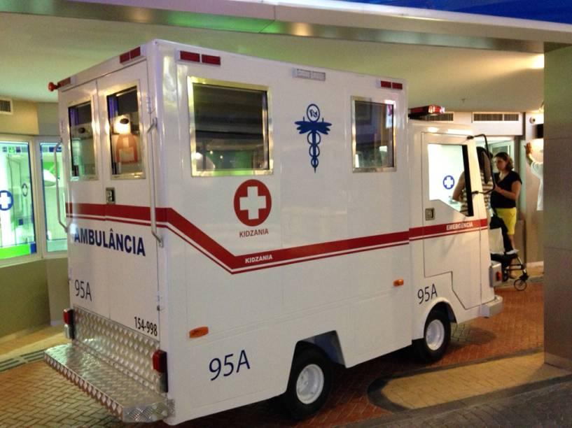 A ambulância: crianças fazem o papel de enfermeiros e médicos