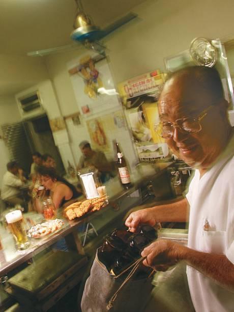 Luiz Nozoie, anfririão do bar que leva seu nome, em foto de 2004