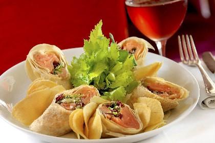 Sanduíche enrolado no pão folha com recheio de salmão fresco e cream cheese, do restaurante Caroline