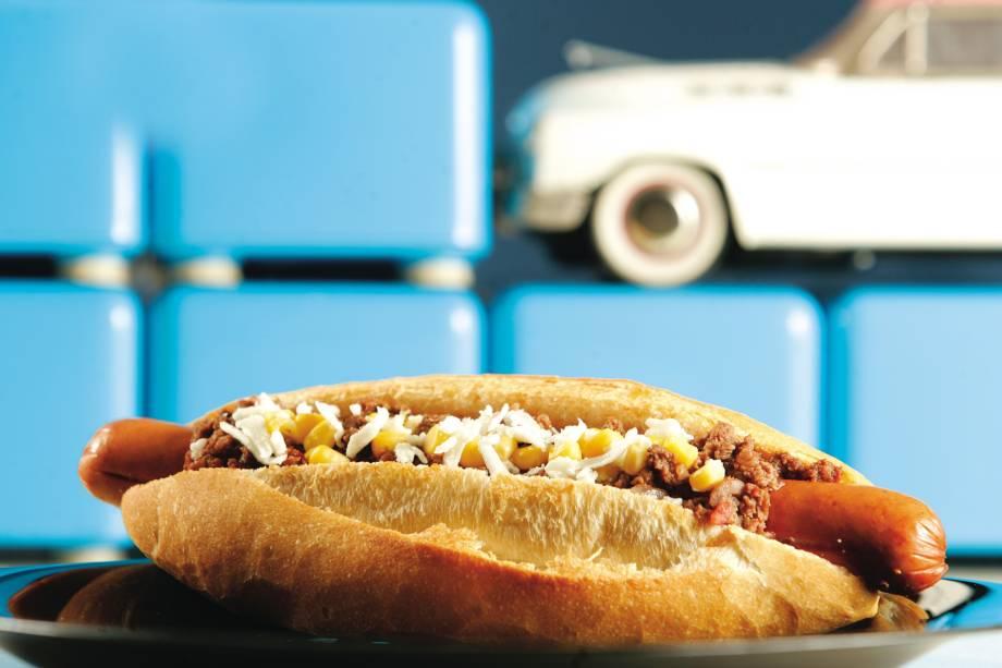 Cachorro-quente Bidu, com salsicha grelhada, queijo de cabra, milho e molho chili, da Lanchonete da Cidade