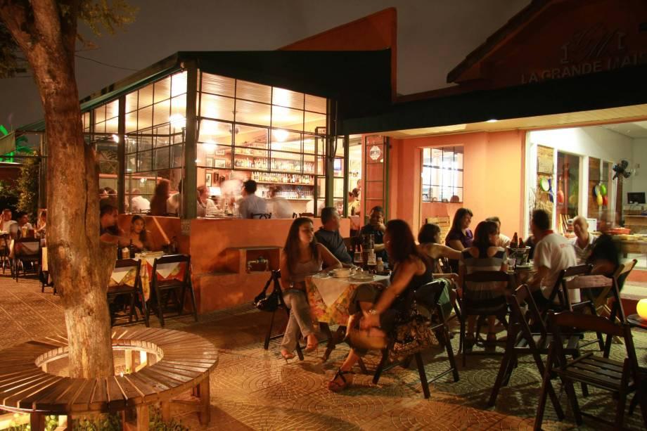 Mesas ao ar livre do bar Jacaré Grill