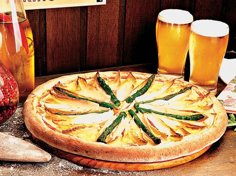 Pizza com queijo brie, endívia e aspargo fresco borrifados por azeite de trufa sobre a massa média