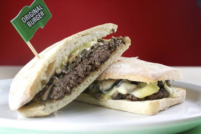 California, hambúrguer de fraldinha com shiitake e shimeji no pão ciabatta, da lanchonete Original Burger