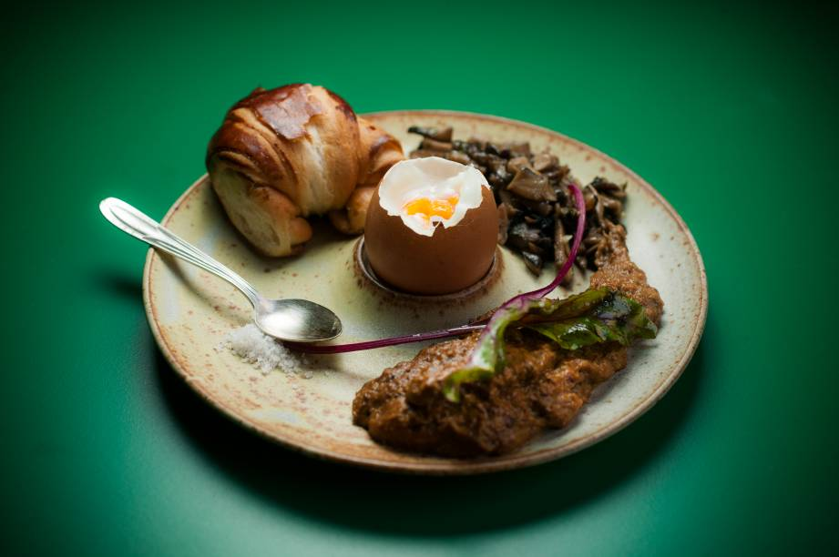 O ovo caipira na casca com creme de cogumelos é uma das opções de entrada