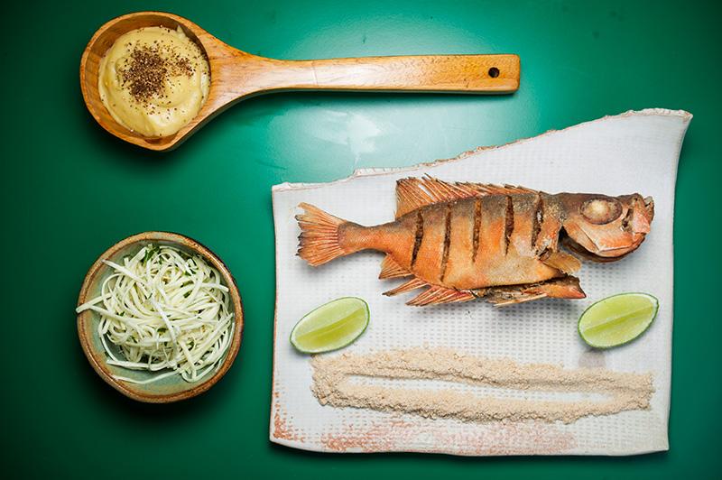 Peixe-vermelho vem com purê de banana e palmito pupunha desfiado