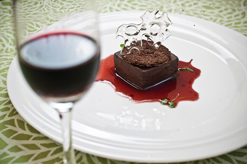 A tortinha de chocolate ao vinho tinto leva calda de redução de vinho do Porto