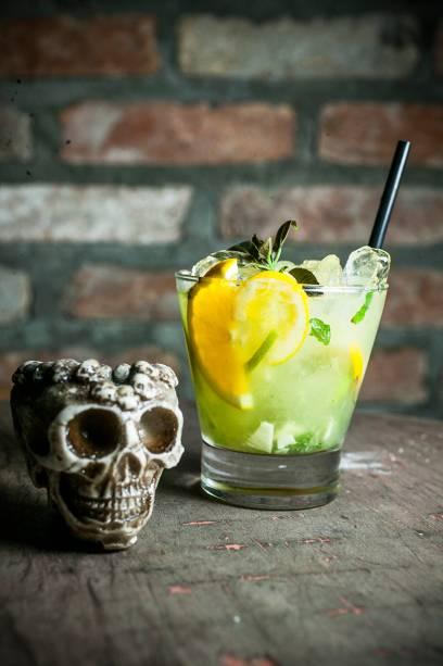 O drinque amauri leva cachaça, Cointreau, limão-taiti, laranja, gengibre e hortelã