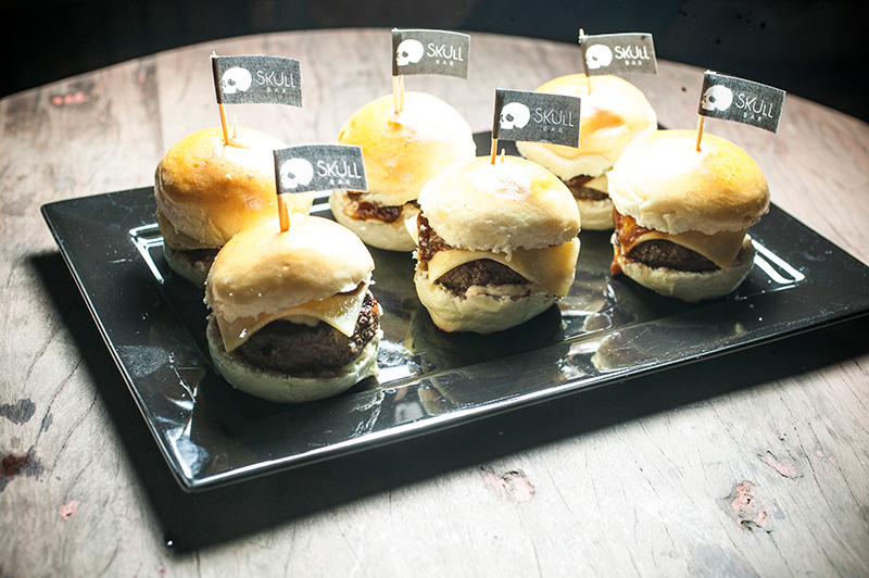 O hamburguinho no pão com queijo prato e molho barbecue se revela um bom belisco