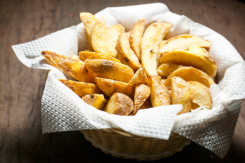 Porção de batatas fritas com a casca