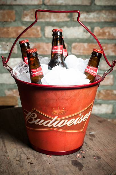 Cerveja Budweiser, vendida em long neck