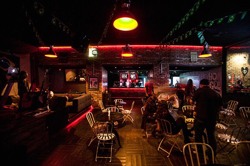 Escurinho, o ambiente com um quê de pub é animado por música ao vivo