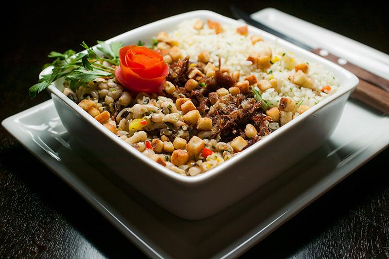 O baião de dois traz arroz, feijão-fradinho e carne-seca