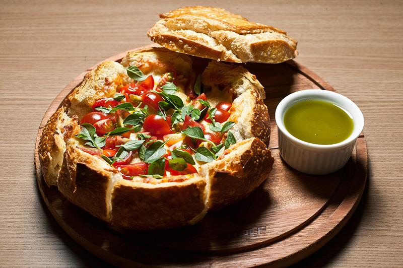 Panette: pão italiano redondo sem a tampa recheado de mussarela de búfala, parmesão e cubos de tomate