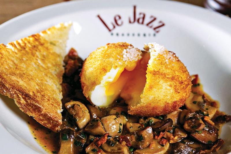 Na casa, o ovo mollet é feito no azeite de trufa e vem com cogumelos e chips de presunto