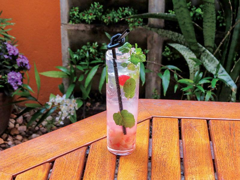 Mojitos: fruta em conserva é macerada com abacaxi, hortelã e cerejas em calda antes de receber rum Bacardi e água com gás.