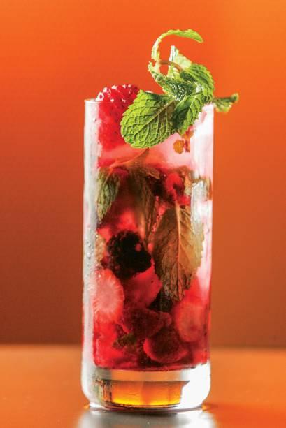 Elyx mojito: vodca no lugar do rum, leva hortelã, amora, framboesa, morango e água com gás.