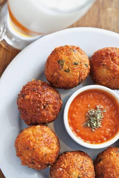 Recheadas de parmesão, as oito unidades chegam à mesa na companhia de três molhos: de tomate e de pimentas cambuci e dedo-de-moça
