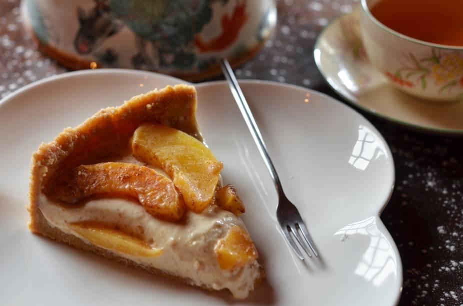 Bistrô Ó-Chá: cheesecake de manteiga de amendoim com pêssegos grelhados