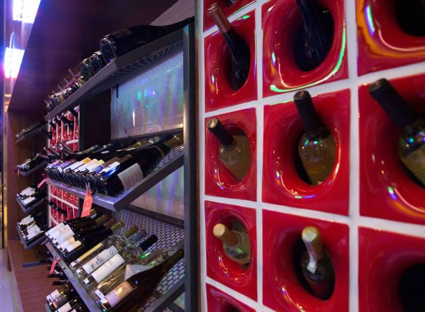 Dispostos nas prateleiras, os vinhos podem ser bebidos lá mesmo ou levados para casa