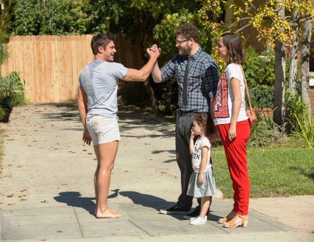 Vizinhos 2: Teddy (Zac Efron) ajuda o casal