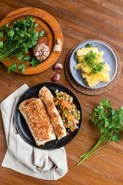 Pirarucu com crosta de castanha-do-pará, ao lado de vinagrete de feijão-fradinho e mandioca cozida