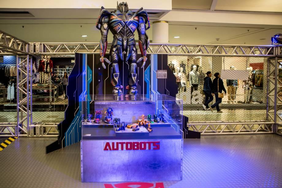 No espaço temático Transformers estão expostos personagens de dois metros de altura
