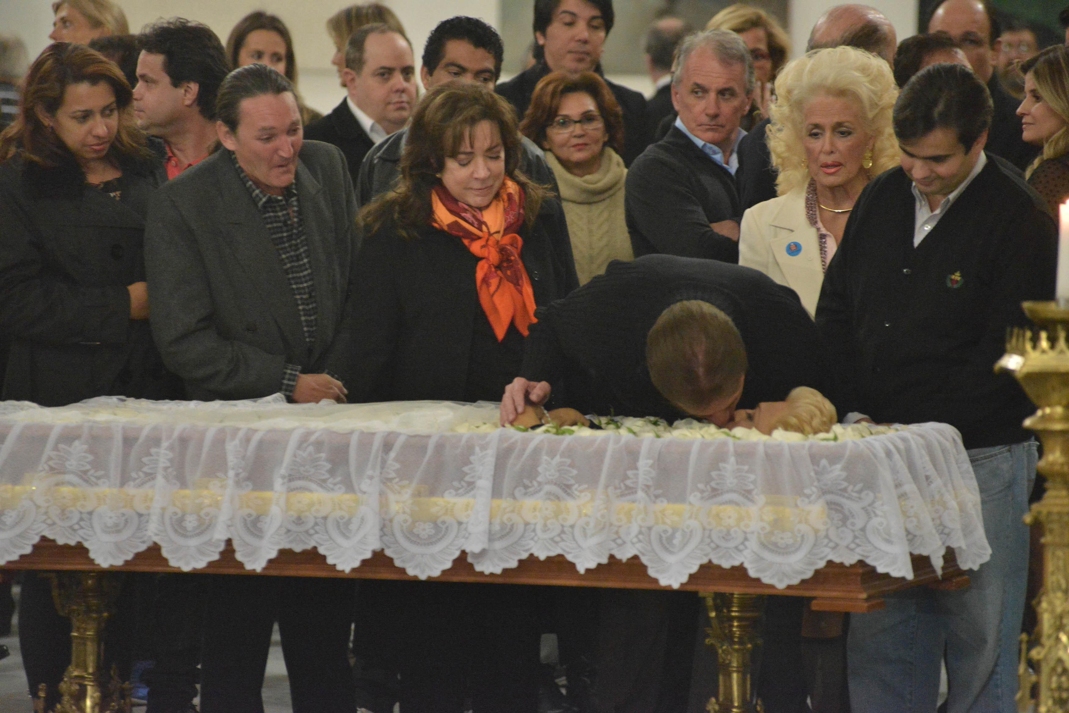 Silvio Santos dá selinho em Hebe no caixão