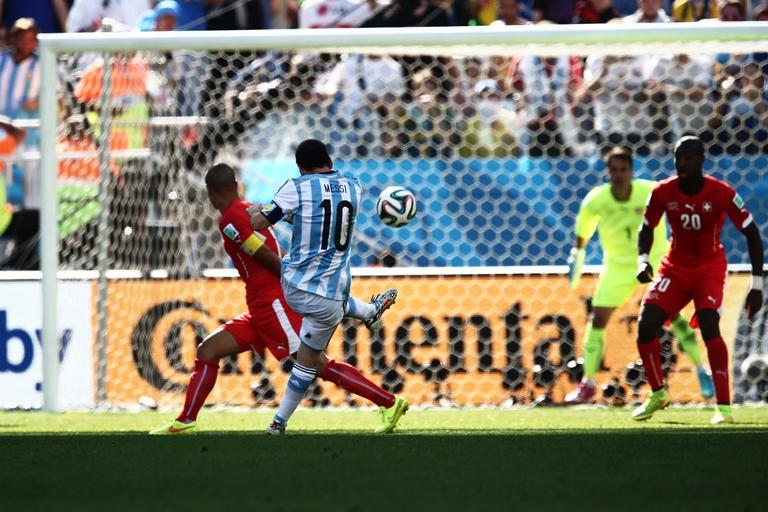 Messi chuta para o gol em partida contra a Suíça: vitória no sufoco