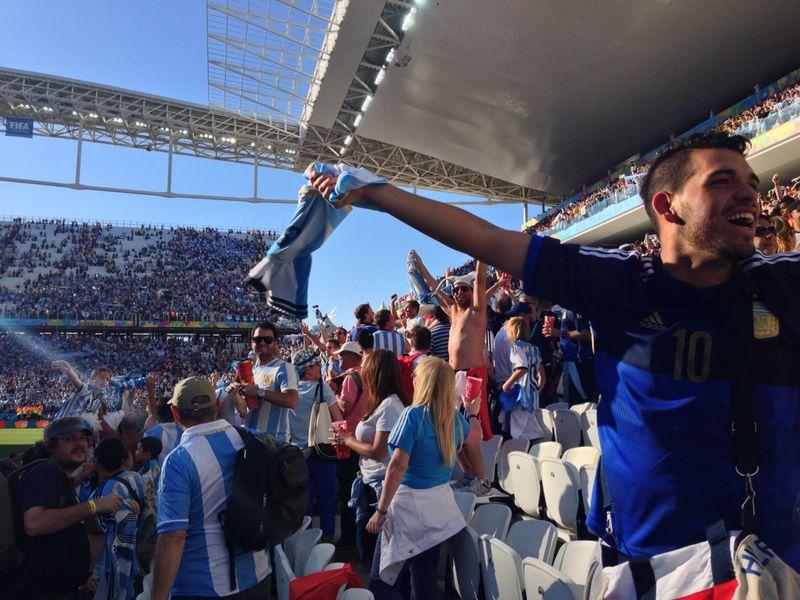 Comemoração dos torcedores argentinos dentro do estádio
