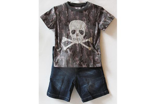 Moda infantil: Camiseta com estampa militar e caveira (26,50 reais) e bermuda jeans (71,50 reais) na Paola da Vinci (Rua Oscar Freire, 958, Jardins)