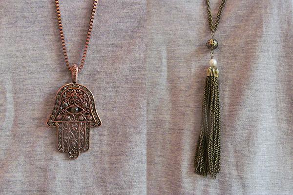 Colares: mão hamsá em cobre (79 reais) e de franjas, do tipo ouro velho (79 reais), na Shoulder (Rua Oscar Freire, 819, Jardins)