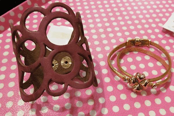 Pulseiras: vermelha de couro (37,25 reais) e dourada de couro (44,75 reais) na Cafofochic (Rua Oscar Freire, 954, Jardins)