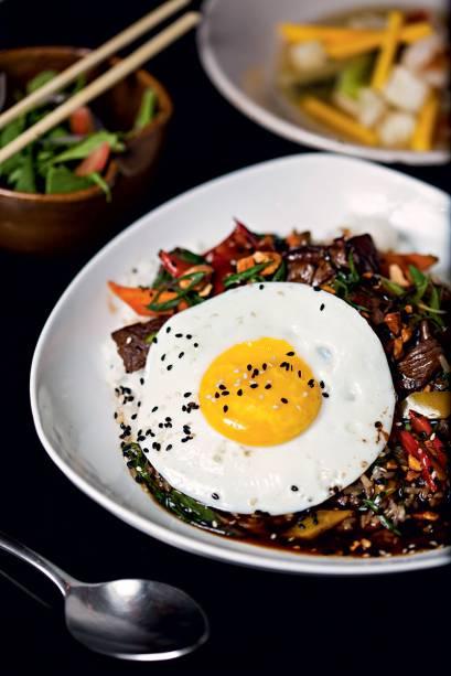 Opção de prato principal: filé-mignon com ovo frito