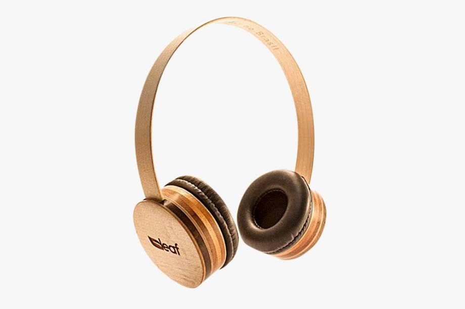 Fone de ouvido feito com madeira certificada