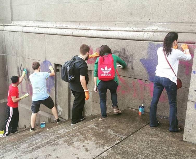 Após pichação, jovens católicos de várias paróquias da cidade fazem limpeza nas paredes da Catedral da Sé