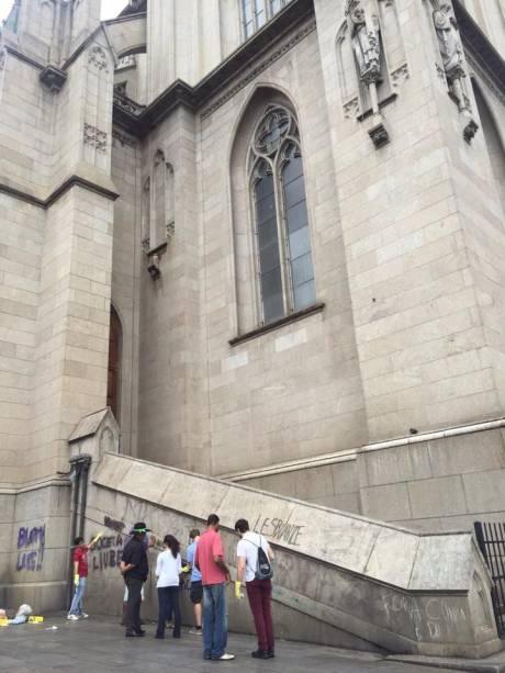 Paredes e muros da catedral foram pichadas por manifestantes