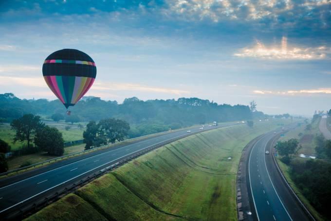 balao-sobrevoando-a-rodovia-castelo-branco-no-amanhecer-imagem-produzida-para-o_preview.jpeg