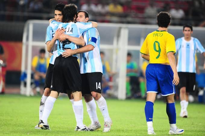 jogadores-argentinos-comemorando-gol-durante-jogo-entre-brasil-x-argentina-part.jpeg