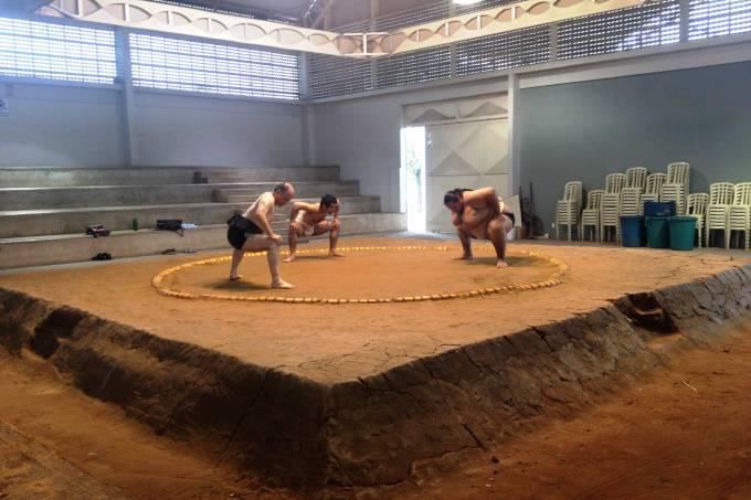 lutadores-de-sumo-treinam-no-dohyo.jpeg