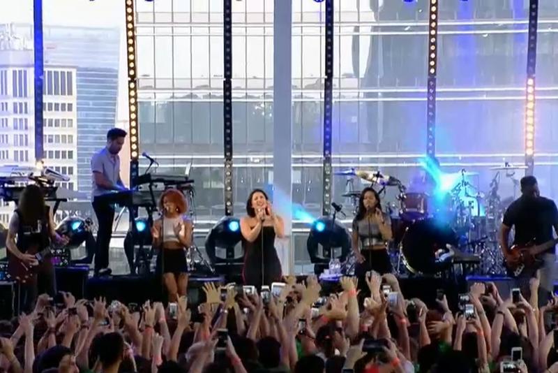 Público interage com a cantora Demi Lovato em pocket show em São Paulo