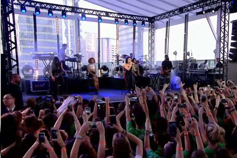 Cerca de 400 pessoas prestigiaram o pocket show da cantora Demi Lovato