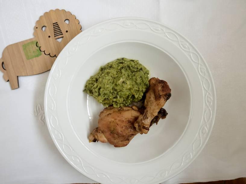 Menu infanil: frango assado no forno a lenha guarnecido de purê de mandioquinha com brócolis