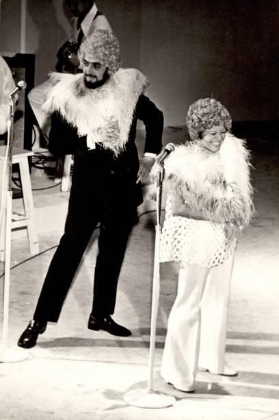 O ator e a cantora Elis Regina durante programa de TV