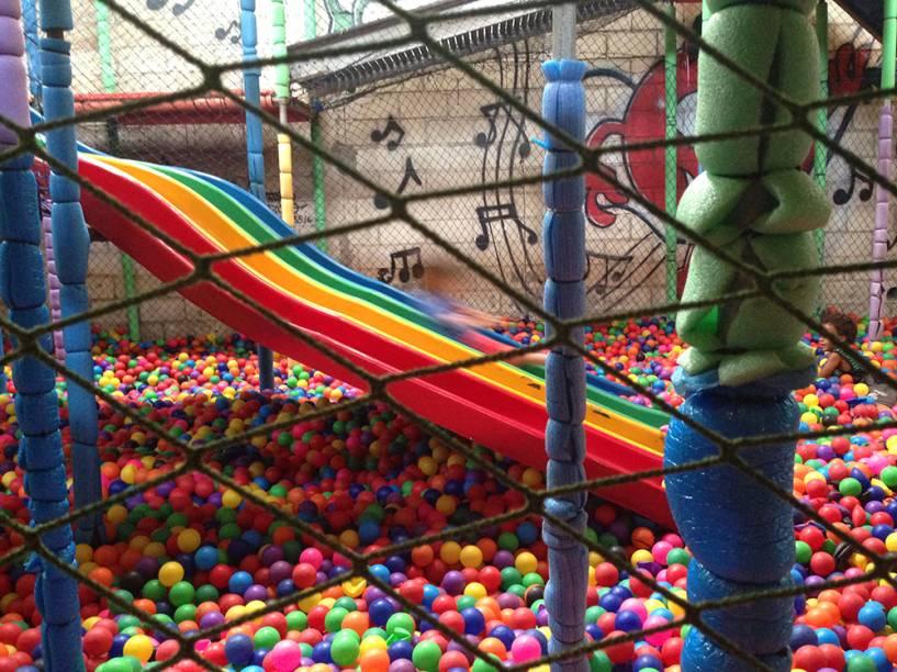 Amazing Balls: escorregador, cama elástica e parede de escalada dentro da piscina