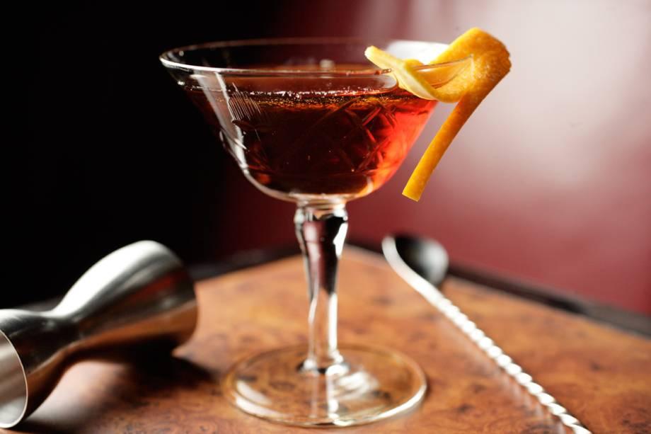 Martíni do Frank Bar: equilíbrio entre gim, vermute tinto e bitter na taça umedecida por absinto