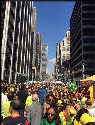 A multidão entre a rua 46 e a 6ª Avenida